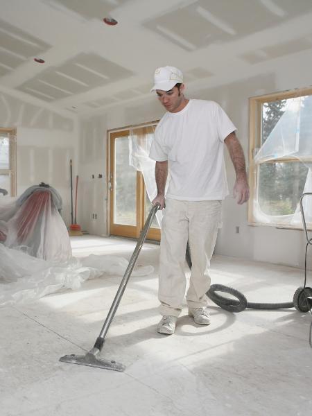 Limpeza durante e após a obra ajuda na manutenção do bom estado dos acabamentos: use equipamentos e produtos apropriados e encape móveis e peças delicadas. Imagem: Getty Images
