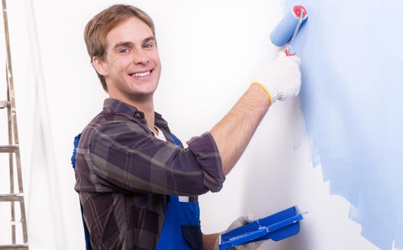 Na hora de colocar a mão na massa, são basicamente três passos a ser seguidos: preparação da superfície, nivelamento (massa) e acabamento (pintura) (Foto: Shutterstock)