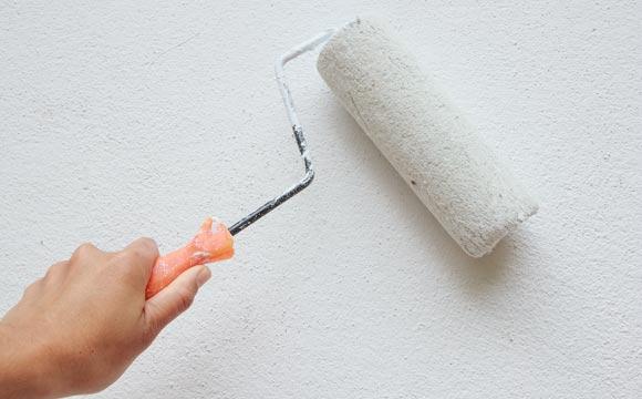 Para otimizar todo o processo, inclusive a limpeza final, é necessário proteger as partes que não receberão pintura (Foto: Shutterstock)