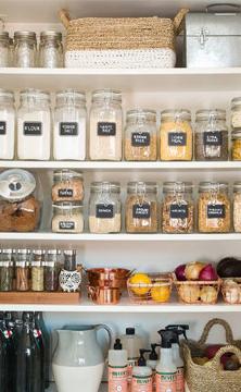 Para manter a dispensa organizada vale apostar em potes transparentes e etiquetas para saber exatamente onde está cada alimento (Foto: Br.Pinterest.com)