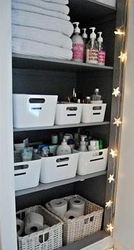 No banheiro, a dica é usar recipientes para manter objetos de higiene pessoal organizados (Foto: Br.Pinterest.com)