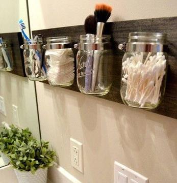 Uma dica para manter os pincéis de maquiagem no lugar, é utilizar potes que iriam para olixo (Foto: Br.Pinterest.com)