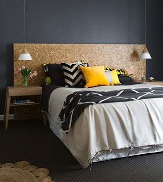 É possível que a cortiça forme uma cabeceira de cama bastante elegante, contrastando com uma decoração mais clara. O resultado fica simples e agradável para um quarto de dormir (Foto: Reprodução/Pinterest)