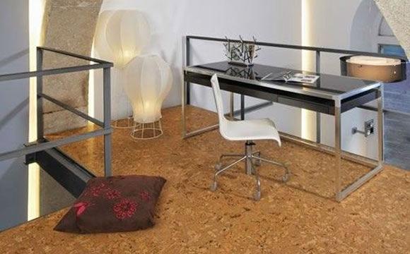 A cortiça aparece no piso, como uma espécie de carpete. Torna o revestimento durável, silencioso e resistente, além de esfriar o ambiente no calor e aquecê-lo no inverno. Custa a partir de R$ 86,90 o m² em lojas como a Leroy Merlin (Foto: Reprodução/Pinterest)