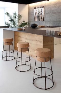 Já pensou em ter banquinhos feito com cortiça? O resultado é bem bacana (Foto: br.pinterest.com.br)