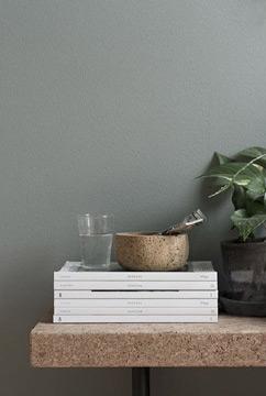 Uma mesa de canto, dá um toque a mais na decoração (Foto: br.pinterest.com.br)