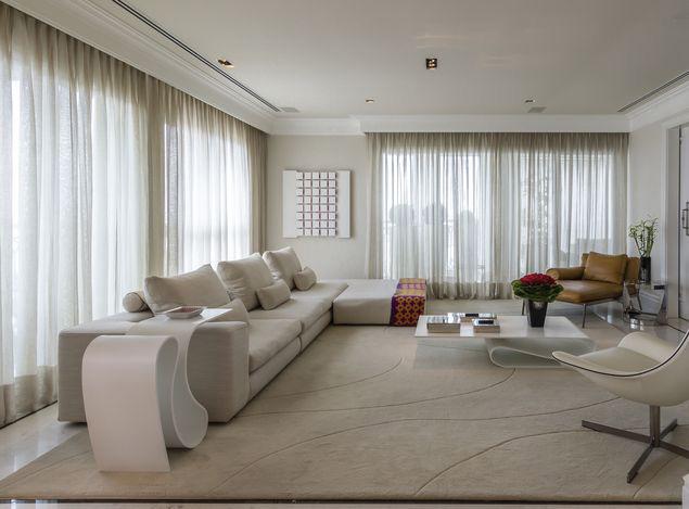 Sala com tons neutros, tendência para 2017, projetada pelo arquiteto Oscar Mikail, em imóvel no Jardim Anália Franco, em SP