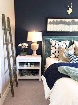 O quarto também pode receber o azul-marinho na decoração (Foto: Pinterest)