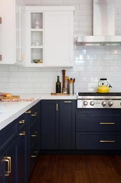 A cozinha é um dos ambientes favoritos para fazer combinações com o azul-marinho na decoração (Foto: Pinterest)