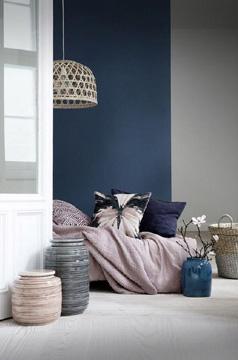 A parede ganha destaque com o azul-marinho (Foto: Pinterest)