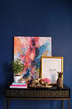 Na sala, a parede de quadros pode ganhar ainda mais destaque (Foto: Pinterest)