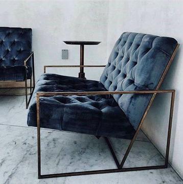 O sofá em azul-marinho deixa o ambiente com um toque de modernidade (Foto: Pinterest)
