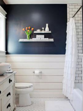 No banheiro a parede em azul-marinho dá um toque a mais (Foto: Pinterest)
