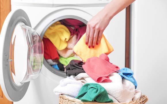 A secadora de roupas proporciona a facilidade de ter roupas secas de forma rápida em dias frios ou úmidos (Foto: Shutterstock)