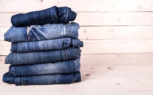 O jeans após a lavagem tende a diminuir, mas a peça volta ao normal (Foto: Shutterstock)