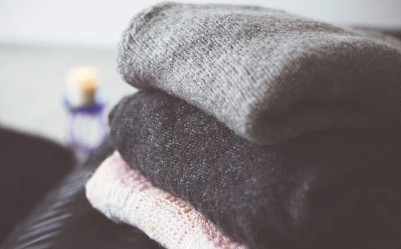 Por conta da delicadeza das fibras, tecidos como a lã precisam de um cuidado especial (Foto: Shutterstock)