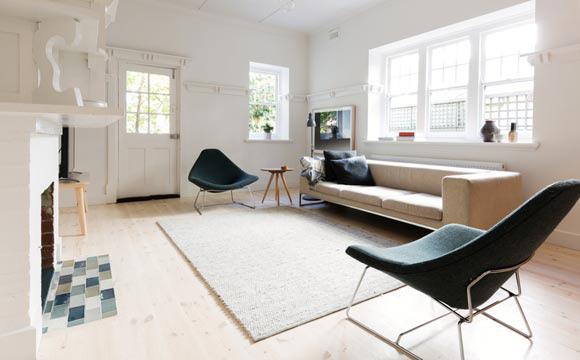 Existe também a opção de deixar alguns móveis para fora, como a mesa lateral (Foto: Shutterstock)