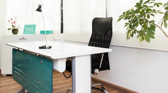 Ter uma mesa dobrável é ótimo para quem marca reuniões pontuais, mas precisa economizar espaço no dia a dia. O projeto é da arquiteta Andrea Pontes