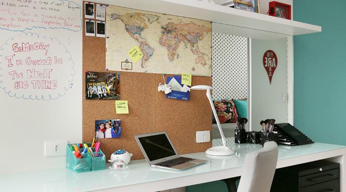 Um mural de cortiça e uma lousa branca podem ser itens úteis para se lembrar dos compromissos diários. O projeto é do escritório Anna Parisi Arquitetura & Design