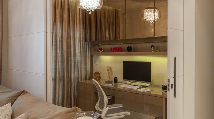 """Esse home office tem a opção de ficar """"escondido"""", como um armário. Além de elegante, a sugestão traz privacidade e versatilidade. O projeto é do escritório Martins Valente Arquitetura"""