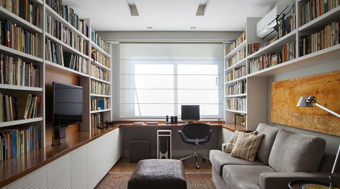 Uma grande janela na frente da mesa de trabalho pode ajudar na iluminação do ambiente. Estantes nas paredes também são boa opção para quem possui muitos livros e documentos. O projeto é da arquiteta Bianca Da Hora