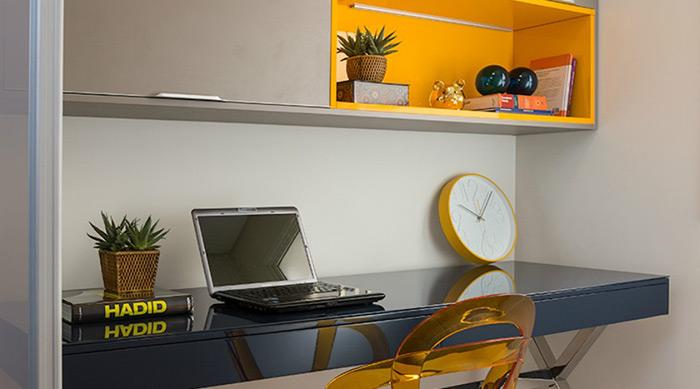 Opte por deixar tons mais vibrantes em detalhes, como na cadeira ou na parte interna do móvel. Em pequenos espaços, uma mesa na parede e um armário espaçoso podem ser a saída perfeita. O projeto é da arquiteta e decoradora Érica Salguero