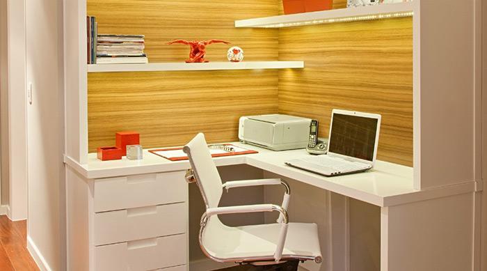 Se a área é pouca, uma opção é criar um ambiente de trabalho no canto. Para suprir a falta de espaço, prateleiras e gavetas são soluções úteis. O projeto é da arquiteta Andrea Balastreire