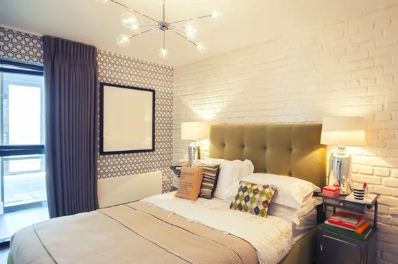 Inclua pontos de luz indireta com a ajuda de alguns abajures dispostos sobre as mesas laterais e criados-mudos (Foto: Shutterstock)