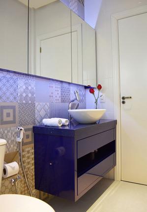 Mesmo pequenos, banheiros podem receber uma bela decoração, se estiverem bem organizados (Foto: AndryaKohlmann – design.concept)