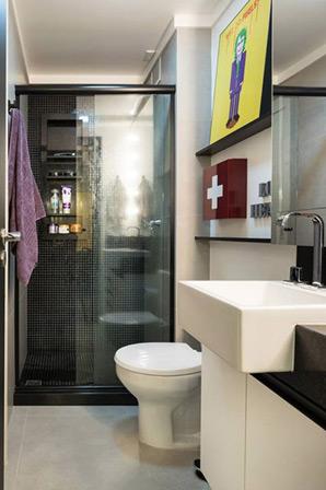 Prateleiras são utilizadas dentro do box para organizar os produtos de banho (Foto: Marcelo Donadussi/Fotografia de arquitetura)