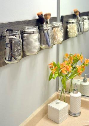 Potes de vidro podem ganhar nova utilidade na hora de organizar o banheiro (Foto: Pinterest/ Via StyleCaster)