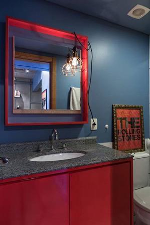 Mesmo com pouco espaço, o banheiro não perdeu o charme na decoração. Uma luminária bem criativa ajuda a iluminar o espelho do ambiente (Foto: Arquitetando ideias/ Marcelo Donadussi)