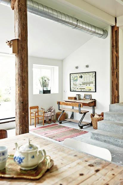 Home office | Vigas de madeira aparentes são um tributo à tradição arquitetônica local e fazem contraponto à tubulação de metal exposta. Destaque para a escrivaninha antiga (Foto: James Stokes / Living Inside)