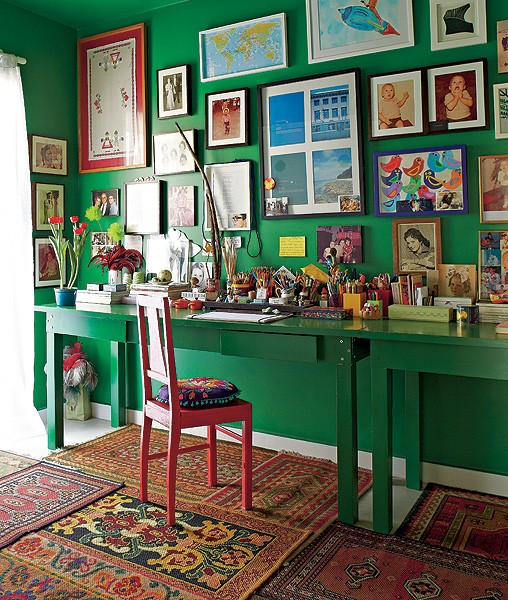 O escritório do diretor de arte e de cinema Thiago Bastos tem paredes verde-esmeralda (Foto: Victor Affaro/Casa e Jardim)