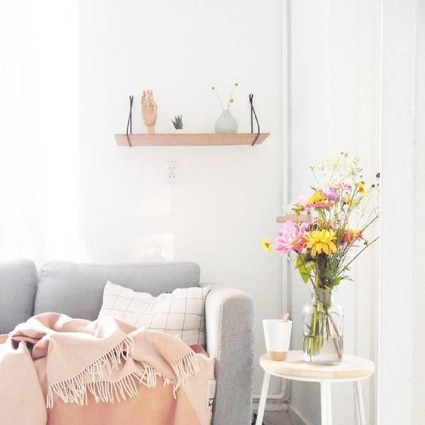 Apaixonada por flores, Jess aposta nelas para trazer cores para o décor. As mesas laterais também são grandes aliadas na hora de compor a decoração. Os cantinhos da casa ganham cores com a combinação de vasos, velas e almofadas (Foto Reprodução/Instagram)