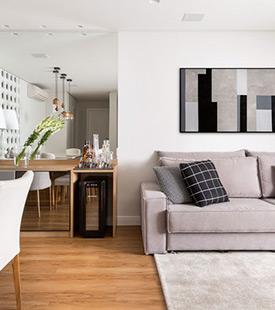 Decoração de apartamento tem cores neutras e mistura de revestimentos