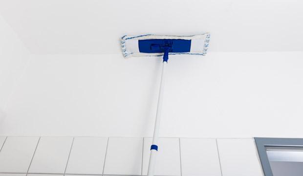 Os tetos podem aparentar que não estão sujos, mas são lugares onde a poeira se acumula (Foto: Shutterstock)