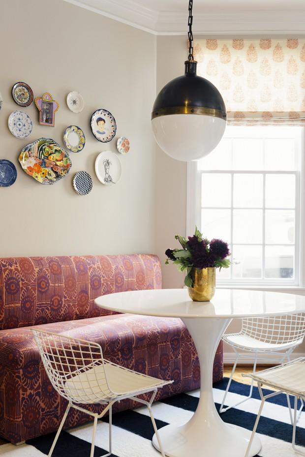 Uma dica da designer para deixar o lar mais gostoso é escolher bem o sofá. É importante que além de bonito, o móvel tenha uma excelente qualidade. O tapete traz mais calor ao espaço e a mesa de jantar cheia de estilo é o toque moderno do ambiente (Foto: Divulgação)