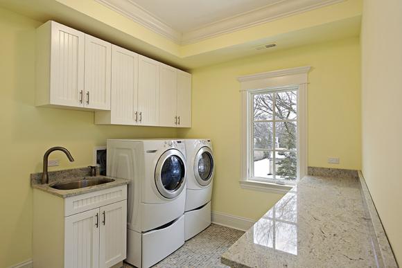 Na área de serviço, a máquina de lavar é fundamental e, com ela, é possível minimizar o trabalho na hora de lavar as roupas (Foto: Shutterstock)