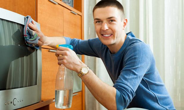 Para quem deseja evitar as soluções caseiras, existem produtos específicos para limpeza das telas (Foto: Shutterstock)