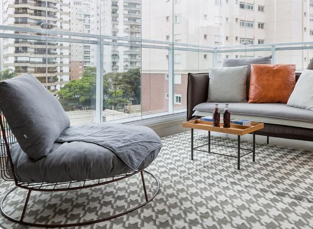 Ainda na varanda, sofá, poltrona e mesa de centro da Carbono Design. Tapete à venda Hariz (Foto: Julia Ribeiro/Divulgação)