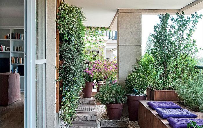 A varanda com jeito de jardim era exatamente o que a moradora queria. O pínus de reflorestamento foi escolhido para a estrutura das caixas e do painel vertical, que recebeu peperômias, columeias e samambaias. Projeto do paisagista Roberto Riscala Célia Weiss/Casa e Jardim