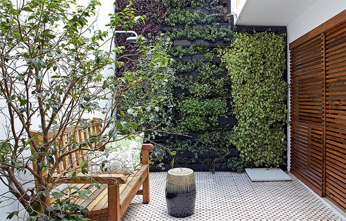 Na reforma, foi posta abaixo a edícula dos fundos, dando lugar a um jardim vertical e chuveirão. Foi a solução da arquiteta Daniela Ruiz para trazer o verde e ainda assim preservar o espaço livre. Entre as espécies, há peperômias, lambaris e heras Victor Affaro/Casa e Jardim