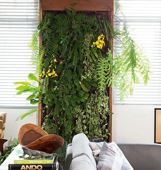 Se você gosta de plantas, mas o apartamento não tem varanda, inspire-se no painel planejado pelo paisagista Gil Fialho, que funciona como um quadro verde na sala. Colocado entre as janelas, ele conta com sistema de drenagem e irrigação Lufe Gomes/Casa e Jardim