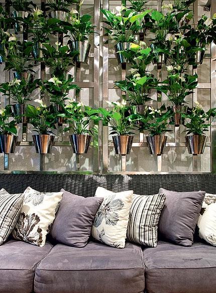 O painel vertical de aço inoxidável é um dos produtos à venda no escritório da paisagista Paula Magaldi Lilian Knobel/Casa e Jardim